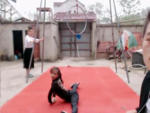 妹妹表演的杂技